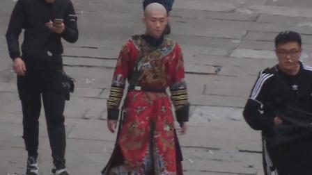 新《鹿鼎记》张一山唐艺昕片场照曝光,韦小宝穿红色戏服面容冷峻