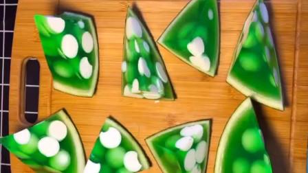 苹果味西瓜牛奶果冻的做法,Q弹爽口,给孩子做的小零食不用买了