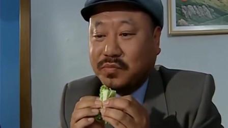 范伟和镇长一块吃饭,大口吃肉,蘸酱吃生菜,吃的可真香