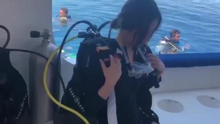 美女第一次潜水紧张,教练不厌其烦劝说,最后跳水的时候太惊艳了