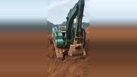 挖掘机这是倒车倒不上去了?