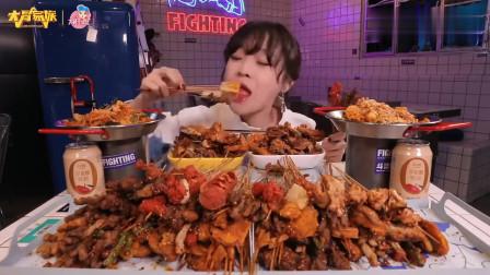 """大胃mini的""""接地气""""美食, 各种小炸串和麻辣拌, 足足有十斤重了"""
