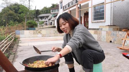 秋妹村上杀猪了,跑去买了一些肥肠,回家做了干锅,简直太美味了
