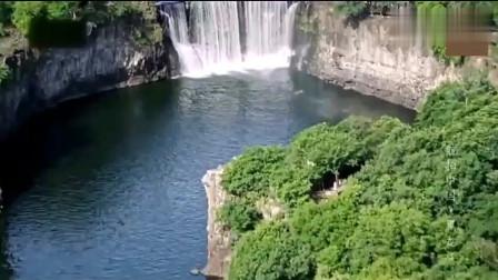 中国黑龙江镜泊湖,这里冬季零下20度,但水里却高于10度