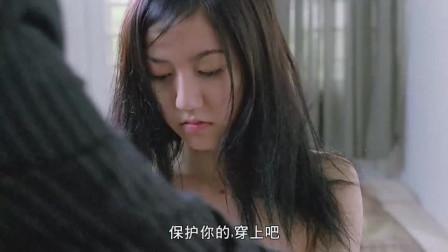 警察把少女带回家,谁知对方连衣服都不换,一说睡觉立马钻进衣柜
