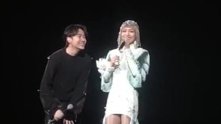 张韶涵演唱会与吴青峰互动张韶涵措手不及还好接得住