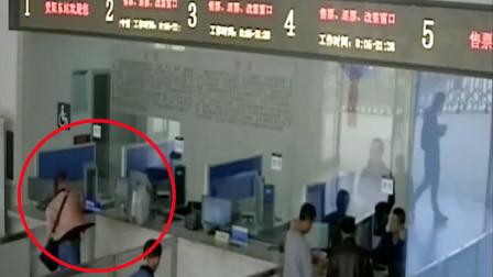 男子错过火车持行李箱砸售票窗 被限制购票180天