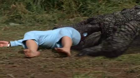 史前巨鳄:美女等朋友,不料被湖里鳄鱼拖进水里,太可怕