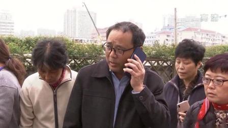 上海:环卫工连人带车侧翻路中央 众人齐心快速救援