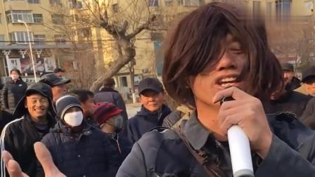 乞丐歌手街头献唱《红尘情歌》,太好听了,路人围的水泄不通!
