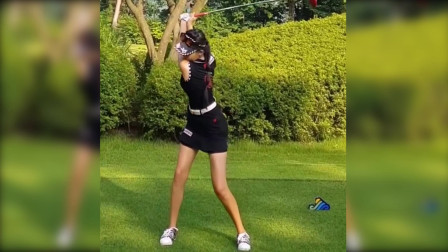 高尔夫挥杆到顶点动作应该是这样的,右肘不要成鸡翅膀,杆头才不会回转。