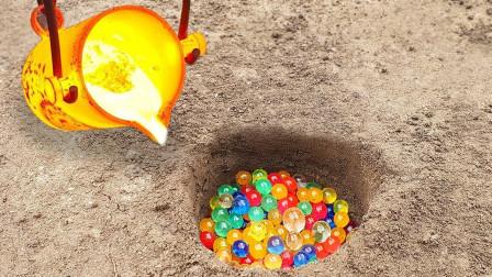 小伙挖了个大坑,往里面倒入了500个水宝宝,随后再浇筑一锅熔浆