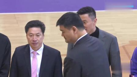 中国男篮:姚明为全明星颁奖,惨遭李春江指导吐槽