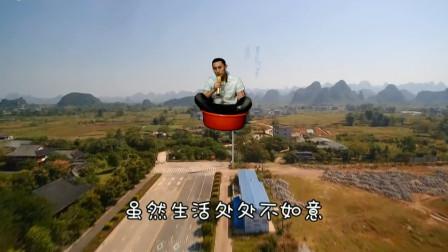 这个广西仔可以哦,竟然坐在水桶盆里面唱歌!还飘来飘去的
