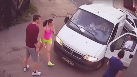 面包车刚把车停好 监控拍下尴尬的一幕!