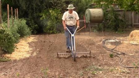 农村大叔发明农业小工具,除草松土统统都能搞定,成本还不到80元