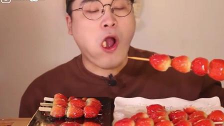 《一起吃饭吧》草莓冰糖葫芦,真实的咀嚼音,这吃相有点狼狈