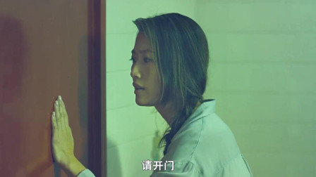 美女老师跟随女同学进入厕所,女同学消失了,厕所门却在不停的晃动