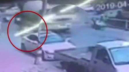 路边猛开车门撞倒骑手 致其被碾身亡