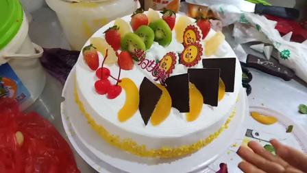 农村妈妈给闺女买蛋糕,这么大蛋糕花了多少钱?这女人太会讲价了