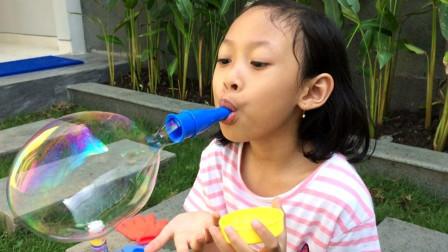 太有趣了!超萌小萝莉用的是什么吹泡泡玩具呢?为何能吹那么大?