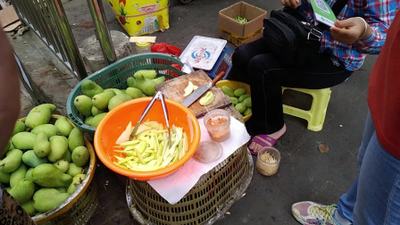 海南人吃芒果花样多,生芒果泡得黄黄的,撒上辣椒盐爽脆辣真好吃