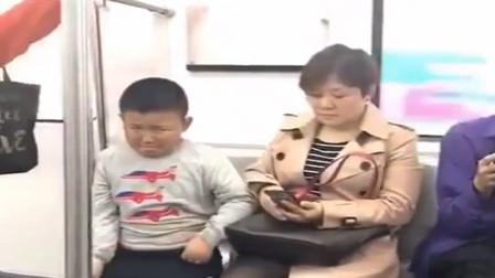 小胖跟妈妈闹别扭表情亮了 敢怒不敢言的样子笑翻网友