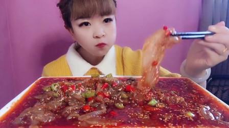 小姐姐吃播:这一盘海蜇看起来就感觉很有食欲啊,美女这一口下去真是太爽了