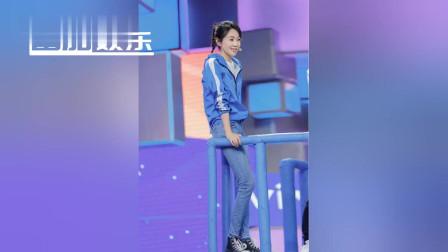 48岁闫妮穿小短裙秀完美大长腿,清纯可人秒杀当红小花旦