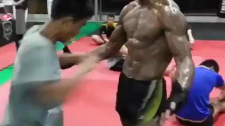 播求的腹肌训练视频记录,这也太疯狂了,没有天才,只有勤奋!