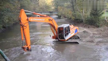 挖掘机师傅胆子真大,这么深也敢下,不怕进水吗?
