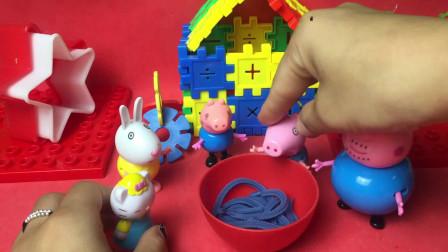 小猫和小兔子来到了小猪佩奇家里吃面条