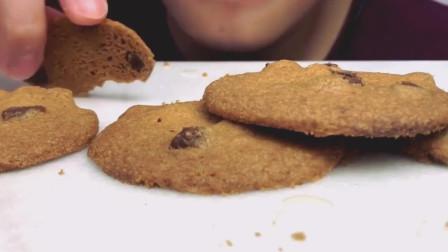 国外吃货小哥, 吃巧克力块曲奇饼干、牛奶, 发出诱人咀嚼声