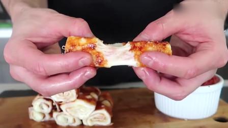 用马苏里拉奶酪做的芝士卷,看这奶酪丝拉得多长啊,看起来好好食!