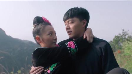 黔东南苗族小伙子抱着心爱的姑娘在三轮车上