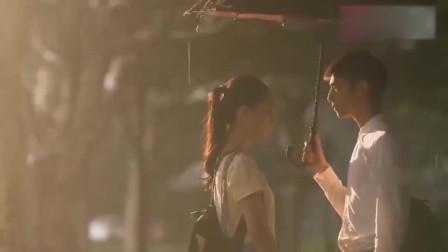 男朋友生气,竟把女生拉去壁咚强吻,结果被人看见了