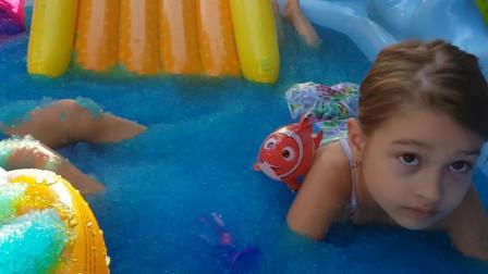 太有趣了!小萝莉在水晶泥池子里看到了什么?为何都呆住了?