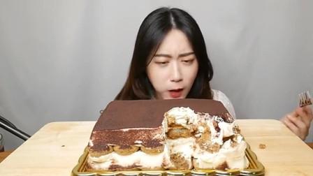 小姐姐吃播甜品提拉米苏,这么大一份,你能吃完吗?