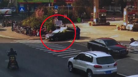 男子驾车加完油在出口抽烟 遭加油站员工用灭火器喷头