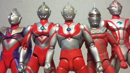 奥特四兄弟和迪迦奥特曼同时发射光线,终于消灭了巴尔坦星人
