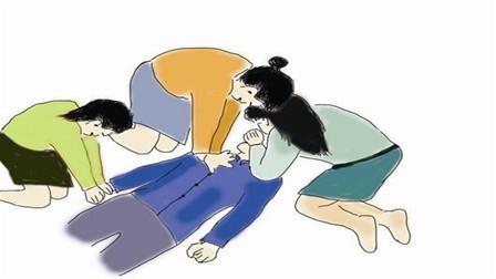 暖心!过路女孩为晕倒老人做人工呼吸 网友点赞