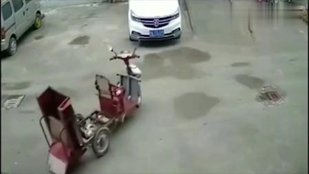 男子在街道上看到电车行驶数百米,外加无人驾驶!网友:灵异事件吗?