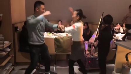 现在的服务员太强了!还要和客人一起斗舞,真的个个是人才啊!网友:生活不易啊