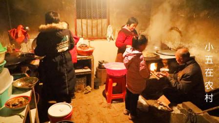过年了杀年猪做酥肉,农村大婶炸了一大锅,嫂子下面条绘一锅真香