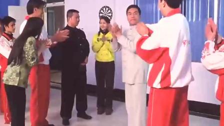 电影片段 队长表演了铁砂掌绝技 一掌下去打断五块砖!