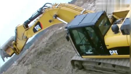 挖掘机自己铺路上去,见证奇迹的时刻到了!
