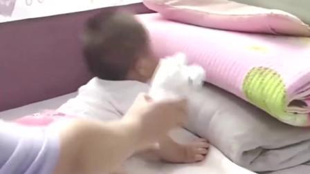 """萌宝:妈妈让宝宝闻自己拉的""""粑粑"""",小情人的反应,爸爸笑了"""