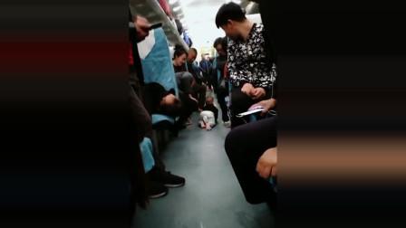 穿纸尿裤的果然到哪都是老大,列车上拍到这一幕笑死我了