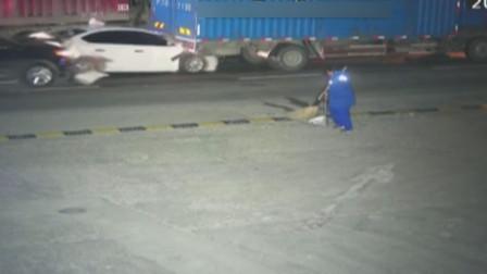 浙江温州:监控实拍:货车司机打个盹 前方一排小车瞬间挤成饼