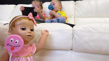 萌娃小可爱的棒棒糖被玩具宝宝偷吃了!—萌娃:棒棒糖怎么不见了?明明是放在沙发上的呀!